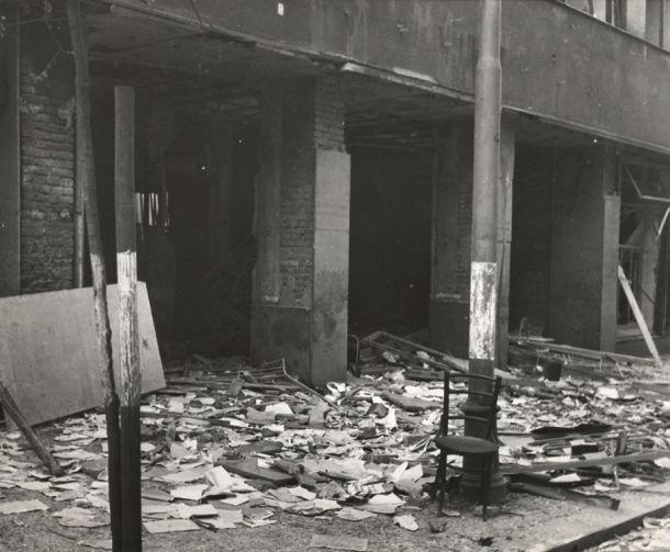 Zniszczone wejście do budynku Czeskiego Radia w 1945 roku