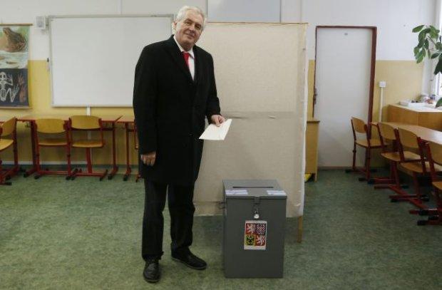 Milos Zeman oddaje głos w wyborach (Fot. Petr David Josek AP)