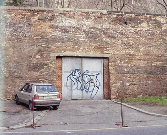 Wejście do stacji metra w  ulicy U Bruských