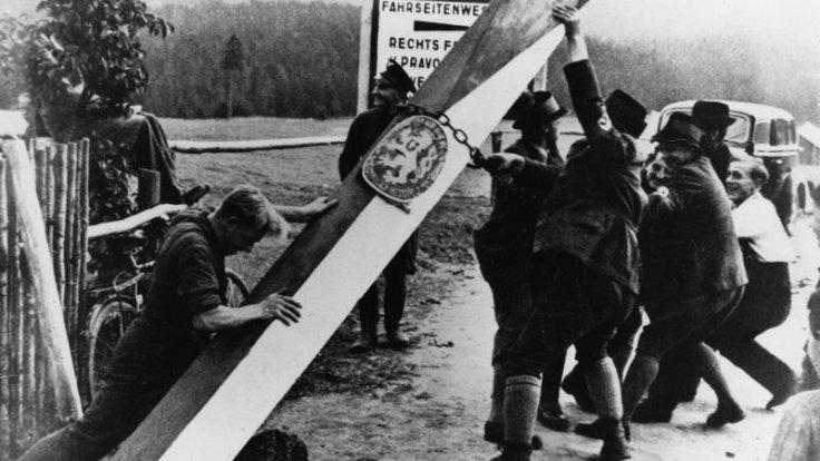 Naziści usuwający szlaban na granicy pomiędzy Czechosłowacją a III Rzeszą