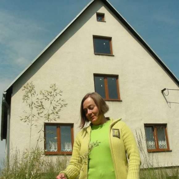 Grażyna Zajączkowska i jej dom w Zlatych Horach. Kosztował panią Grażynę nieco ponad 100 tys. zł. (fot. fot. Krzysztof Strauchmann)