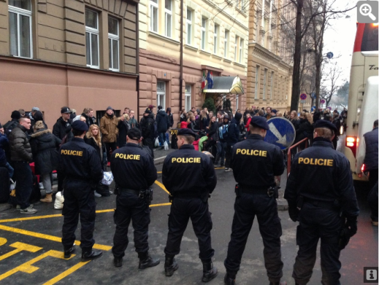 Policja czekająca na Duńczyków