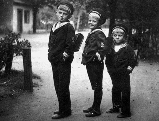 Mały Hrabal w drodze do szkoły (pierwszy z prawej).
