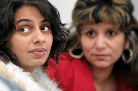 Iveta Cervenáková w 1997 r. została bez wiedzy wysterylizowana w ostrowskim szpitalu (na zdjęciu z lewej, 5 listopada 2008 r. w sądzie w Ołomuńcu, przed ogłoszeniem wyroku w sprawie przeciwko szpitalowi o niechciane podwiązanie jajników) (JAN LANGER/AP)